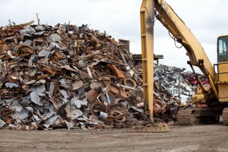 scrap metal: Mucchi di rottami metallici in un centro di riciclaggio