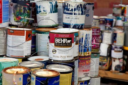 landfill site: Carico di lattine di vernice usati per il riciclaggio