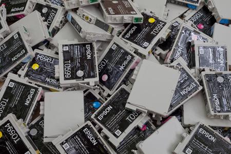 inkjet: Antecedentes de los cartuchos de inyecci�n de tinta rellenables (Original Equipment Manufacturer: OEM) tumbado en un mont�n. Los fabricantes de impresoras requieren a sus clientes para comprar nuevos cartuchos en lugar de ofrecer un sistema de recarga que reducir�a los residuos. Debido a la Twis