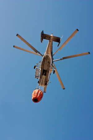 forest fire: Un helic�ptero de los bomberos KA32 llevan agua para extinguir un incendio forestal en Espa�a Editorial
