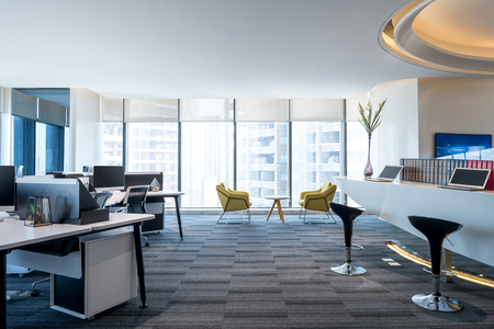 Mode und moderne Büroeinrichtung, modernes Open Space-Büro Standard-Bild - 91849865