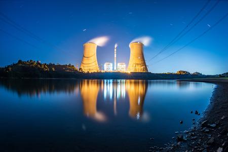 Night power plant Imagens - 115662536