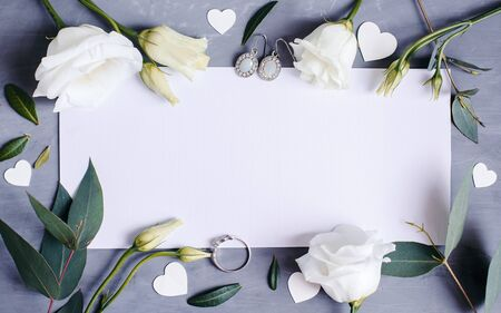 Blank paper copy space. Frame with flowers. Silk ribbon. Gray background. Simple bouquet. Greeting card Standard-Bild