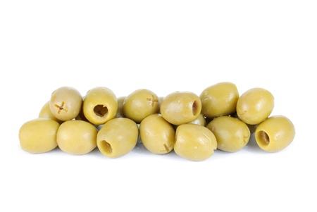 pitted: Alcune olive verdi snocciolate isolati su sfondo bianco