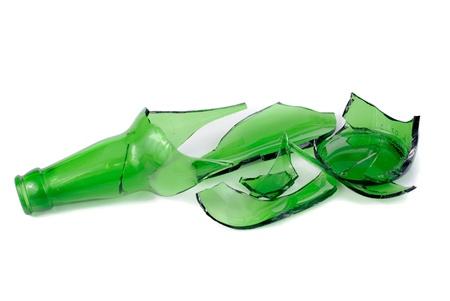 vidrio roto: Botella de cerveza verde destrozado aislada sobre el fondo blanco Foto de archivo