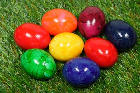 pasto sintetico: cinco huevos de colores se encuentran sobre un césped sintético