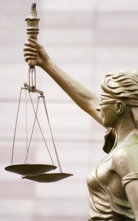 estatua de la justicia: Una estatua en Eskisehir, Turqu�a mantiene una escala