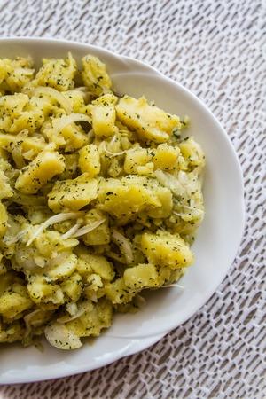 plato de ensalada: Estilo turco plato de ensalada de papa hecho en casa sobre un mantel hecho a mano