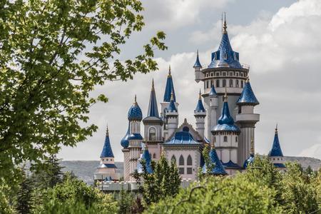 Fairytale castle derrière les arbres dans un parc public culturel, Eskisehir Éditoriale
