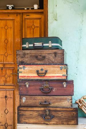 Various old model wooden suitcases in an antique shop Reklamní fotografie - 103508864