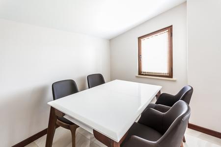 Table et chaises à usage polyvalent dans une pièce mansardée Banque d'images