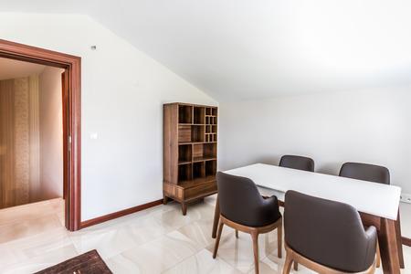 Table et chaises à usage polyvalent dans une pièce mansardée
