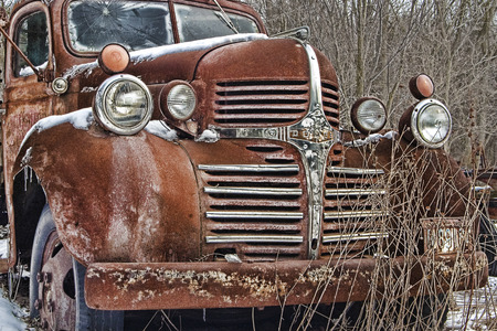 A rusty old dodge truck lies abandoned Editöryel