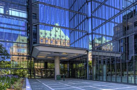 banco dinero: Parlamento refleja en edificio del Banco de Canad�, Ottawa