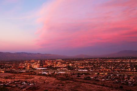 夕暮れ時ツーソン、アリゾナ州のスカイライン