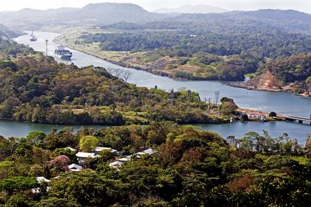 Große Schiffe steuern den Panamakanal Standard-Bild - 76839972