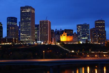 Un paysage urbain d'Edmonton après la tombée de la nuit