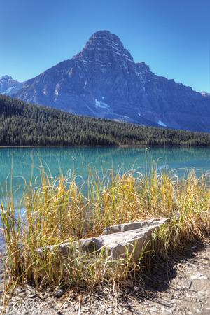 Um vertical da montanha e do lago no parque nacional de Banff, Canad