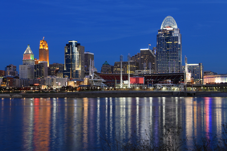 The Cincinnati skyline after dark with reflections Stok Fotoğraf