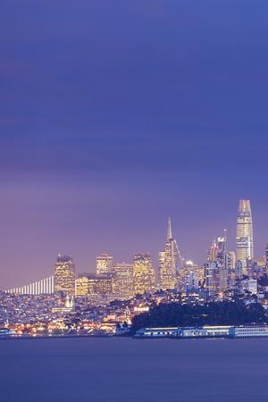 샌프란 시스코의 물 위에 가로 세로 야경
