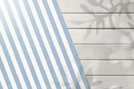 Blick von oben auf den weißen Holztisch im Freien mit gestreifter Tischdecke in 3D-Darstellung