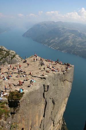 towering: Roca del p�lpito en Lysefjorden en Noruega. Una atracci�n tur�stica bien conocida que se eleva 600 metros de nivel del mar excesivo.