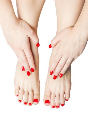 Gepflegten weibliche Füße und Hände mit roten Nägeln isoliert auf weiß