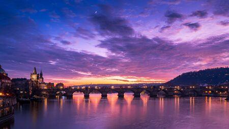 Pont Charles au coucher du soleil. Prague, République Tchèque