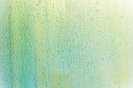 gocce di acqua: Drops water on the clear glass background