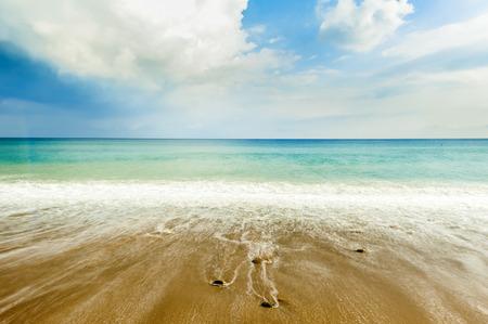 Weiche Welle des Meeres auf dem Sandstrand