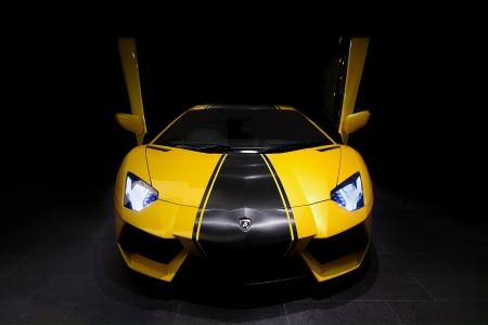 supercar: Lamborghini Aventador LP700-4 in Giallo