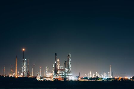 Aerial view oil refinery night background during twilight,Industrial zone,Energy power station. Banque d'images