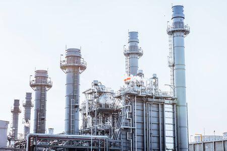 Glühlicht der petrochemischen Industrie bei Sonnenuntergang und Dämmerungshimmel, Kraftwerk, Energiekraftwerksbereich