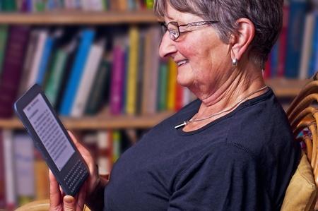 電子書籍リーダーで年金受給者 写真素材