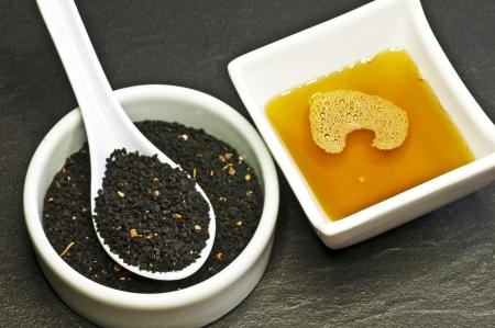 czarne nasiona kminku i Olejek z czarnuszki Zdjęcie Seryjne