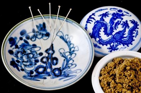 acupuntura china: agujas de acupuntura y moxa lana Foto de archivo