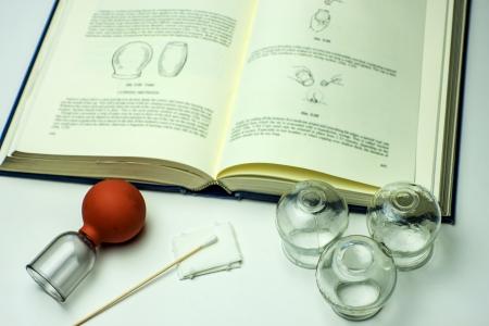 Schröpfgläser mit Lehrbuch