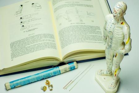鍼治療の針と教科書