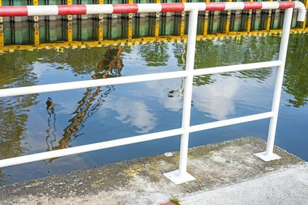 reflexion: Barco gr�a reflexi�n en el puerto de Swinoujscie, Polonia