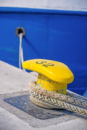 fixed line: Bolardo con l�nea de atraque de un barco pesquero Foto de archivo