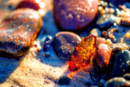 Amber op een strand van de Baltische Zee