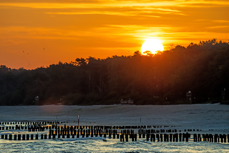 Zonsopgang boven de Baltische Zee met liezen Stockfoto - 92219496