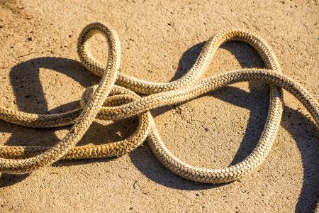 rope on a pier floor Standard-Bild - 117001008