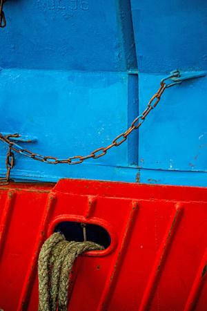 Mooring line of a trawler on a red ship hull Standard-Bild - 119602917
