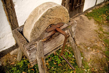 old rotary grindstone at a country house Standard-Bild - 119602923