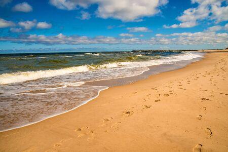Playa solitaria del Mar Báltico con cielo azul y nubes Foto de archivo