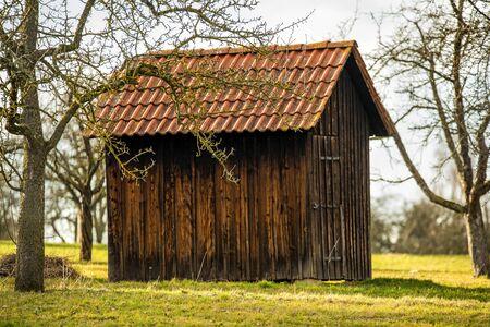 little barn in a meadow in winter in sun Standard-Bild - 140372697
