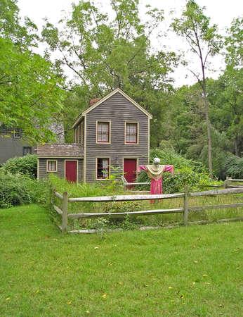 casa colonial: Una casa colonial con un espantap�jaros
