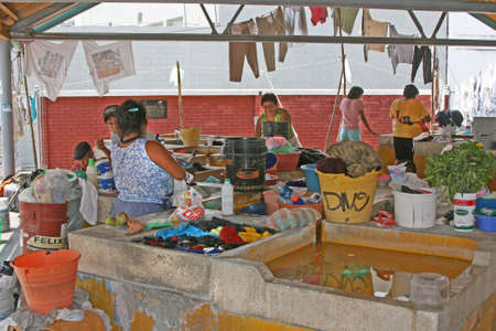 handwash: Mujeres mexicanas haciendo lavarse las manos en los sumideros en Alcapulco, M�xico