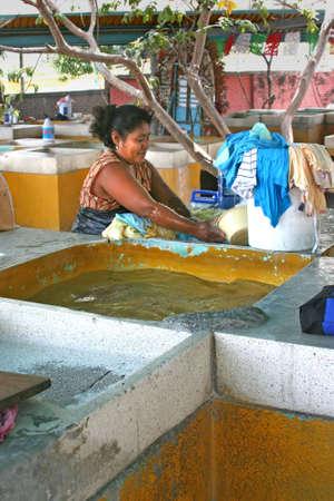 lavamanos: Las mujeres mexicanas haciendo el lavado de manos en los sumideros en Alcapulco, Mexico Foto de archivo